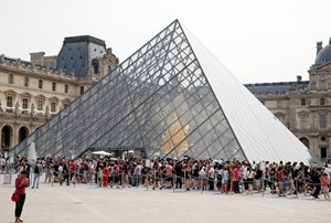 Paris' Overcrowded Louvre to Make Reservations Compulsory